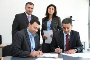 د. ناصر شروف وسامح خضر يوقعان الاتفاقية بحضور سيفان إبراهيم ومحمود مزهر